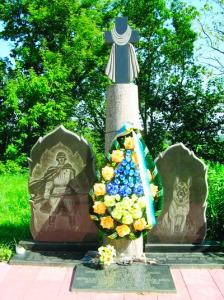 """""""Остановись и поклонись. Тут в июле 1941 года поднялись в последнюю атаку на врага бойцы отдельной Коломыйской пограничной команды. 500 пограничников и 150 их служебных собак пали смертью храбрых в том бою. Они навсегда остались верны присяге, родной земле"""""""